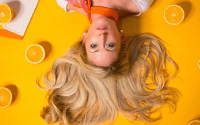 Jak prawidłowo dbać o włosy latem?